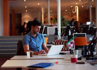mezczyzna laptop 324x235 - mBrokers.pl