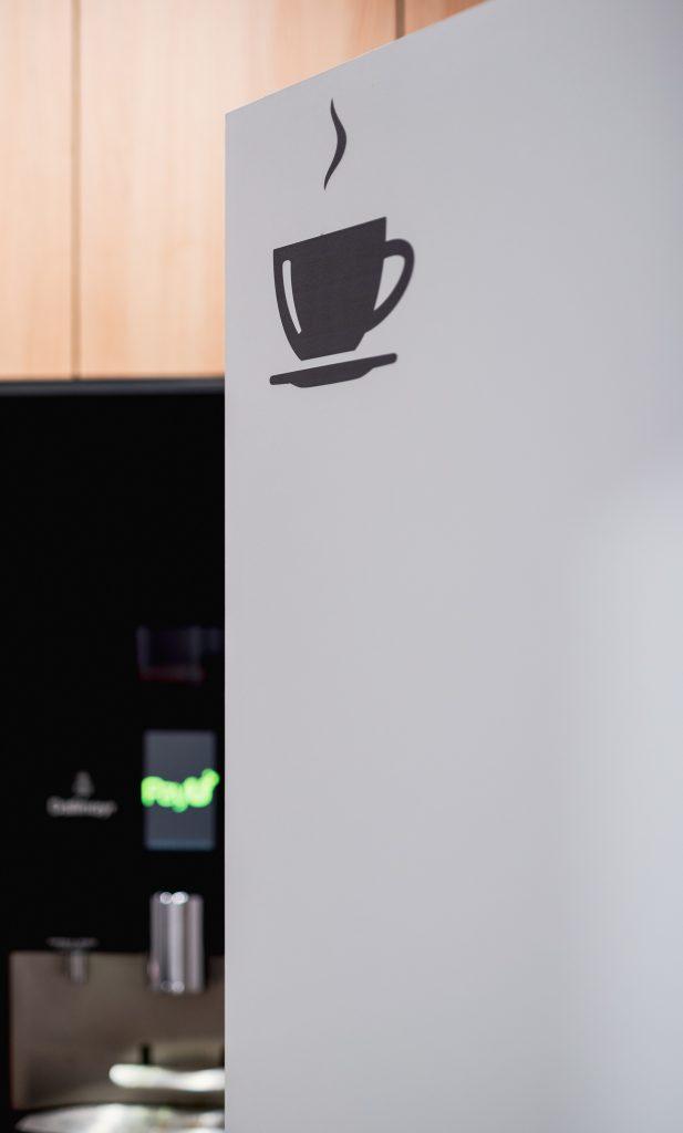 filiżanka kawy 617x1024 - Mobilność dekoracji, czyli szybka metamorfoza biura