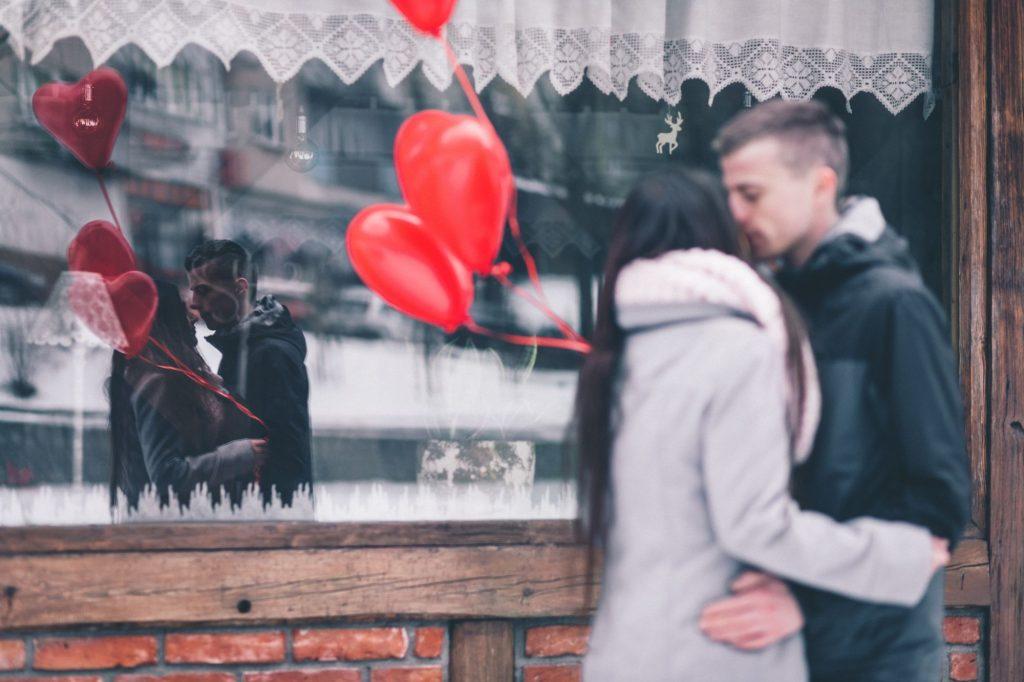 narzeczeni 1024x682 - Jak mobilne aplikacje mogą pomóc wygrać serca klientów w Walentynki?
